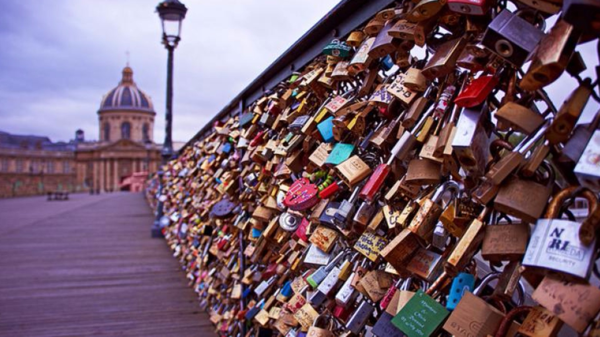 Paris launches an operation against the love locks for The lock bridge in paris